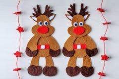 Rena feito a mão de Rudolph do Natal do cartão do feltro e das estrelas vermelhas Imagens de Stock
