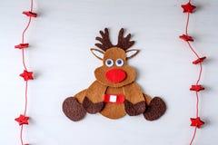 Rena feito a mão de Rudolph do Natal do cartão do feltro e das estrelas vermelhas Imagens de Stock Royalty Free