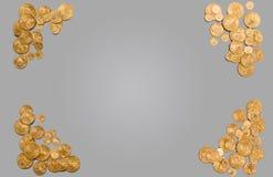 Rena guld- mynt som bildar kanten av bakgrund Arkivfoton
