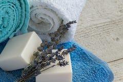 Rena och nya handdukar med lavandtvålar royaltyfri fotografi