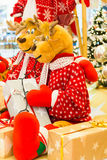 Rena que está por uma árvore de Natal Imagens de Stock Royalty Free