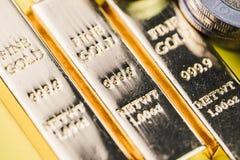 Rena 999 9 skinande fina tackastänger för guld- guldtackor med pengarmynt, Royaltyfri Fotografi