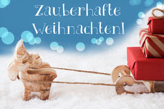 Rena, trenó, luz - o fundo azul, Weihnachten significa o Natal mágico Fotografia de Stock Royalty Free