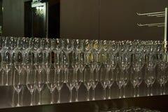 Rena tvättade och polerade exponeringsglas som hänger ställningsstångkuggen royaltyfria bilder