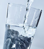 Rena vatten med shungitestenar Royaltyfria Bilder
