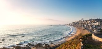 Renaca海滩-比尼亚德尔马,智利全景鸟瞰图在日落的 库存图片