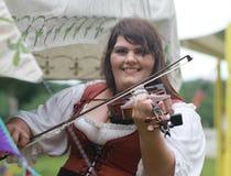 Renaissance Eerlijke vrouw in fiddle van kostuumspelen Royalty-vrije Stock Foto's