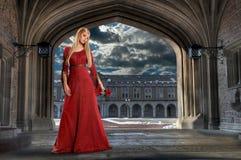 Renaissance-Frauen-Holding Rose Stockfoto