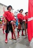 Renaissancearmbrustsoldaten in der schwarzen und roten Uniform Stockfotos
