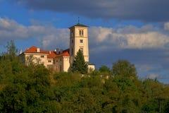 Renaissanceschloss des Schwarz-Berges Cerna Hora über der Stadt des Schwarz-Berges Cerna Hora stockfoto