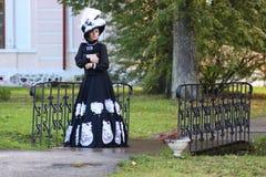Renaissancevrouw met boek op de brug in het park Royalty-vrije Stock Afbeelding