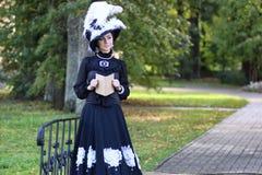 Renaissancevrouw met boek op de brug in het park Royalty-vrije Stock Fotografie