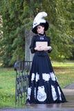Renaissancevrouw met boek op de brug in het park Royalty-vrije Stock Afbeeldingen