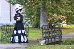 Renaissancevrouw met boek op de brug in park Stock Fotografie