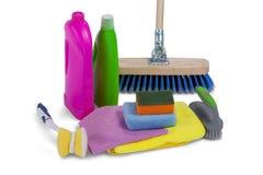Renande behållare som spolar ren blocket, handduken, servetttorkduken och golvet, moppar på vit bakgrund Arkivfoto