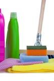 Renande behållare som spolar ren blocket, handduken, servetttorkduken och golvet, moppar på vit bakgrund Fotografering för Bildbyråer