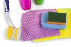 Renande behållare som spolar ren blocket, handduken, servetttorkduken och lokalvårdborsten på vit bakgrund Arkivfoto