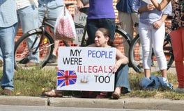 Reúnase para asegurar a nuestro protestor contrario de las fronteras con la muestra en una reunión de asegurar nuestras fronteras Foto de archivo libre de regalías