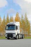 Renault перевозит трактор на грузовиках T480 припаркованный на дворе Стоковые Изображения RF