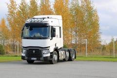 Renault перевозит трактор на грузовиках t припаркованный на дворе Стоковое Фото