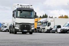 Renault перевозит трактор на грузовиках T480 управляемый на дворе тележки Стоковое Изображение