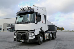 Renault перевозит трактор на грузовиках T480 управляемый на дворе Стоковые Изображения
