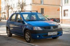 Renault Dacia Logan ha parcheggiato sulla via della città di Smolensk Immagini Stock
