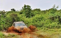 Renault Duster Offroading nella giungla Fotografia Stock