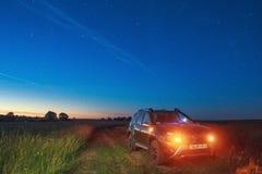 Renault Duster pod niebem na którym rzadki niebiański phenomeno obraz royalty free