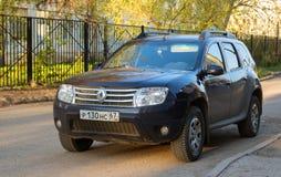 Renault DusterDacia parkeerde in suburbian straat van de Stad van Smolensk Stock Fotografie