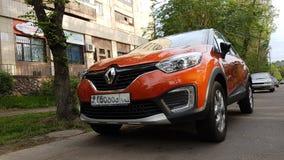 Renault es un coche rojo imagen de archivo