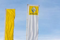 Renault-Firmenlogo auf Verkaufsstellegebäude Lizenzfreies Stockfoto