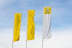 Renault-Firmenlogo auf Verkaufsstellegebäude Stockbild