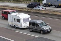 Renault Kangoo που ρυμουλκεί ένα τροχόσπιτο Στοκ Φωτογραφίες
