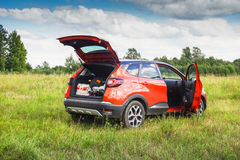 Renault Kaptur med öppna dörrar arkivfoton