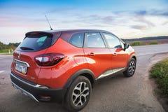 Renault Kaptur op weg stock afbeelding