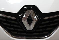 Renault loga kruszcowy zbliżenie na Renault samochodzie wystawiającym przy MOTO przedstawieniem w Krakowskim Polska obrazy stock