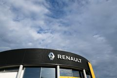Renault logo på bilåterförsäljares byggnad arkivbild