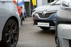Renault-merkauto's bij de Gijon Markt worden tentoongesteld die stock foto
