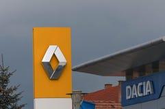 Renault och Dacia logoer på gatan Arkivbild