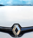 Renault RS logotyp på framdel av den vita sportbilen Royaltyfri Foto