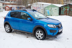 Renault Sandero Stepway parkerade i vinter på brottsligt område av Smolensk Fotografering för Bildbyråer