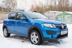 Renault Sandero Stepway parkerade i vinter på brottsligt område av Smolensk Royaltyfri Fotografi