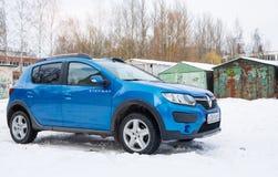 Renault Sandero Stepway parkerade i vintergata Fotografering för Bildbyråer