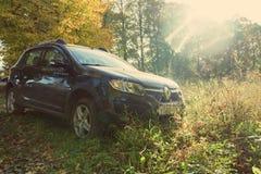 Renault Sandero Stepway parkujący na wiejskiej drodze Obraz Royalty Free