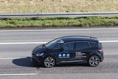 Renault Scenic en la carretera Imágenes de archivo libres de regalías