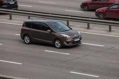 Renault som rusar på den tomma huvudvägen Royaltyfria Foton
