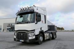 Renault Truck Tractor T480 op een Werf wordt gedreven die Stock Afbeeldingen
