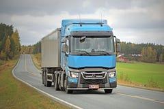 Renault Trucks T semi en Autumn Road Imagenes de archivo