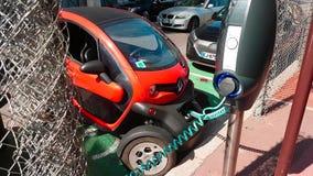 Renault Twizy Elektryczny samochód Ładuje Na ulicie w Monaco zbiory wideo